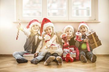 Kinder freuen sich auf den Weihnachtsmann