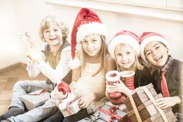 Kinder mit Weihnachtsgeschenken