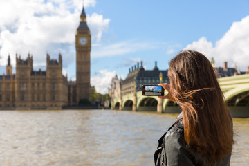 Touristin fotografiert mit ihrem Handy den Big Ben in London