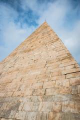 La pyramide de Cestius à Rome