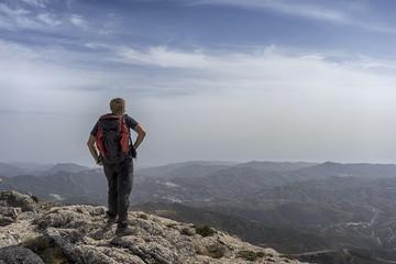 persona que disfruta de las vistas cima de la montaña