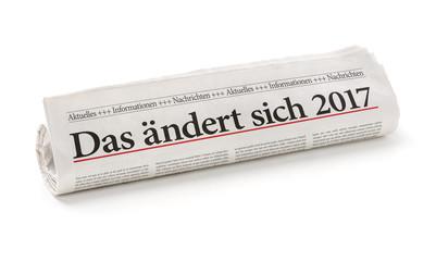Zeitungsrolle mit der Überschrift Das ändert sich 2017