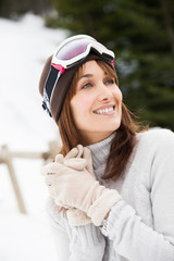 portrait d'une femme souriante avec un masque de ski