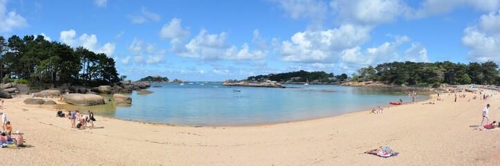 Vue panoramique d'une jolie plage de Bretagne près de Ploumanach