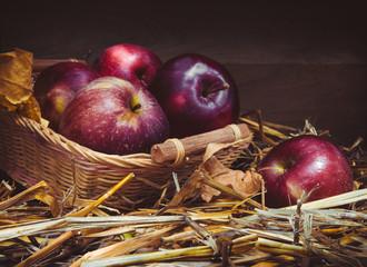 Raw organic frukty.Yabloki in a basket in a rustic style.