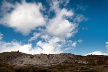 硫黄山と青空