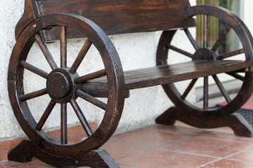 La panchina in legno con le ruote del carretto