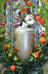 Urne mit Blütenschmuck Physalis Lampionblume herbstlich