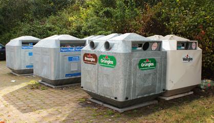 Container für Altglas, Pappe, Papier und Kartonage