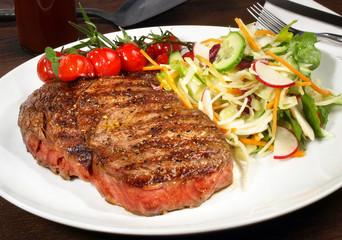 Rumpsteak medium mit Salat und Grilltomaten
