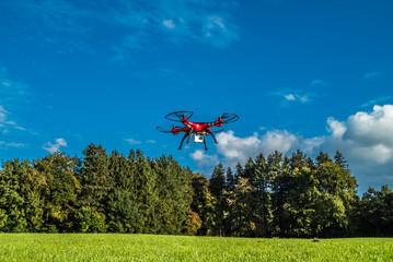 Quadrocopter am Waldesrand geht in die Luft