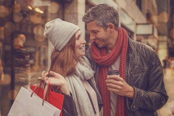 Paar beim Shoppen in der Stadt