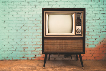 Fototapeten Retro Retro old television in vintage wall pastel color background