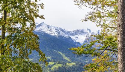 herbstlicher Ausblick auf die schneebedeckten Gipfel von Zugspitze und Alpspitze