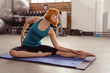 frau macht gymnastik im fitness-studio