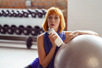 frau macht eine pause im fitness-studio