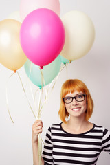 moderne frau mit luftballons