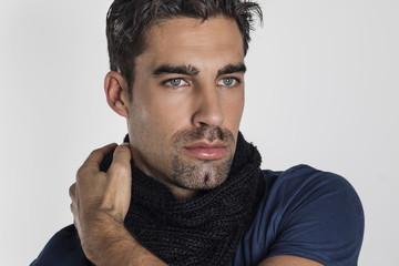 Hombre atractivo de ojos azules