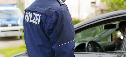 Polizist bei einer Fahrzeugkontrolle