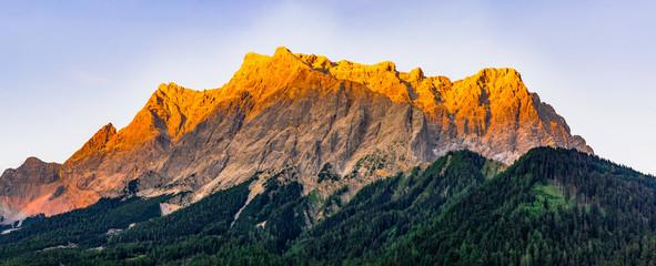 Panorama Zugspitzgruppe mit Alpenglühen bei Sonnenuntergang von Westen (Ehrwald) mit Gipfeln der Plattumrahmung Wall mural