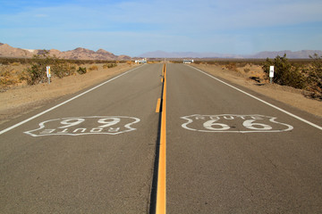 Papiers peints Route 66 Scenic and Historic Route 66 through the town of Amboy in the Mojave Desert in California