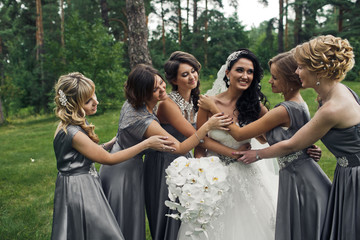 The happiness bride with bridesmaids  in the park