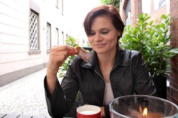 Frau im Straßencafé