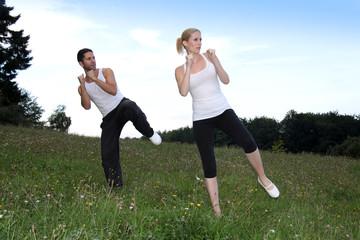 Paar macht Sport in freier Natur
