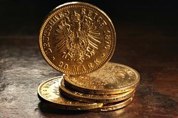20 Reichsmark Goldmünzen (Hamburg) auf rustikalem Holztisch