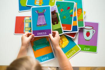 карточки слова в детских руках