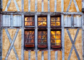 Reflets de la cathédrale de Troyes dans une fenêtre