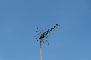 Eine Fernsehantenne auf einem Dach
