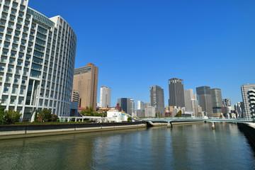 土佐堀橋から見る土佐堀川とビル群