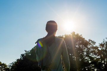 太陽を見つめる女性
