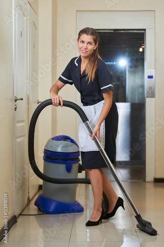 Haushälterin mit Staubsauger\
