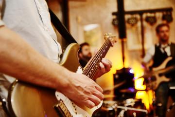 band spielt auf einer feier, e-Gitarre,