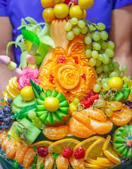 Большая украшенная корзина разнообразных фруктов