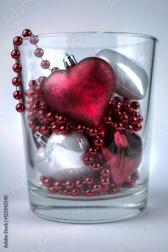 Weihnachtliche Rote Und Weiße Glasherzen Mit Perlenkette Als