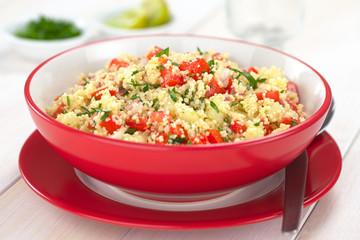 Taboule, ein arabischer vegetarischer Salat aus Couscous, Tomate, Gurke, Zwiebel, Knoblauch, Petersilie, Zitronensaft (Selektiver Fokus, Fokus ein Drittel in das Gericht)
