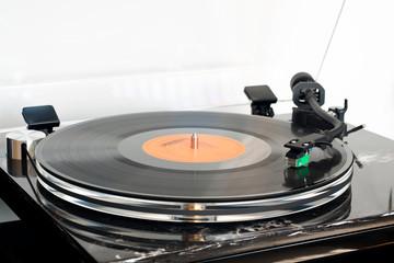 Klassische und Moderne in Einem vereint: moderner Plattenspieler in Aktion