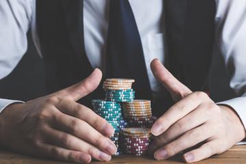 カジノのチップを持っている男性