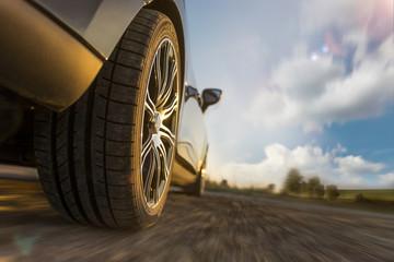 Sportwagen mit Alufelgen bei schneller Fahrt