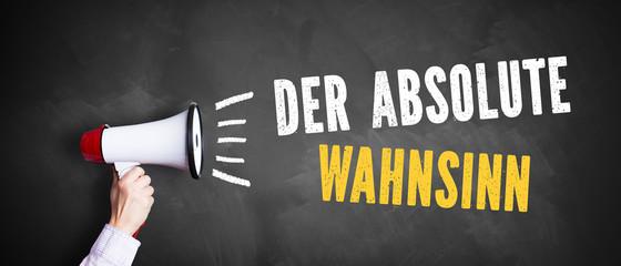 "Megafon vor Kreidetafel mit Slogan ""Der absolute Wahnsinn"""