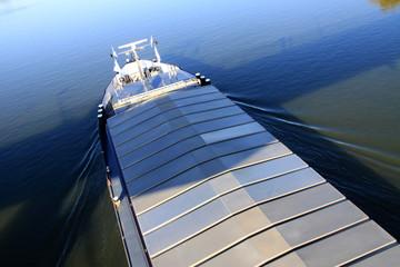 Frachtschiff auf Fluss
