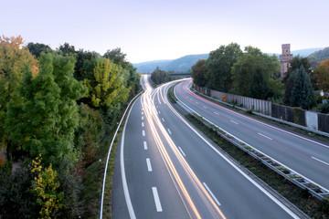 Beschleunigungsstreifen im Straßenverkehr richtig nutzen