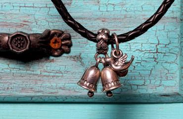 украшения пандора висят на шкатулке голубого цвета