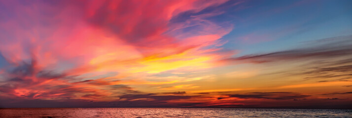 Photo sur Aluminium Mer coucher du soleil Tropical colorful dramatic sunset with cloudy sky . Evening calm on the Gulf of Thailand. Bright afterglow.