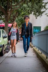 Mère et fille dans les rues de Lyon