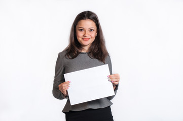Девушка с листком бумаги