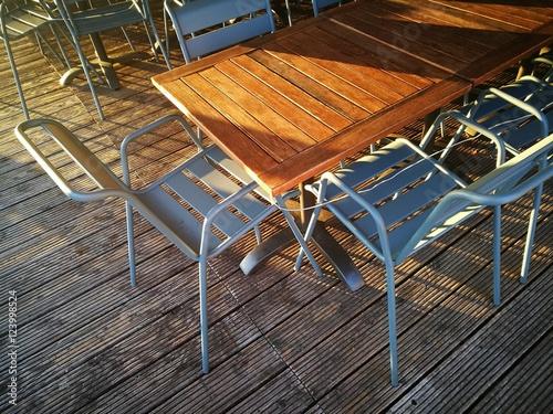 Schoner Holztisch Mit Lasur Im Licht Der Untergehenden Sonne Am